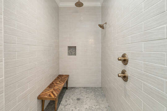 Now this is what we call a shower! Equipped with rain shower as well.