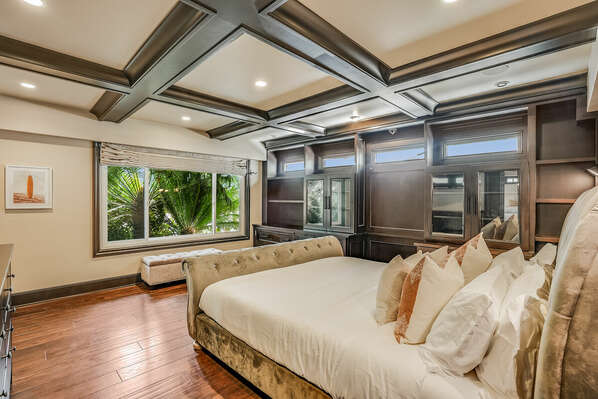 Guest Bedroom w/ King Bed, Jack-n-Jill Bathroom & Closet - 1st Floor