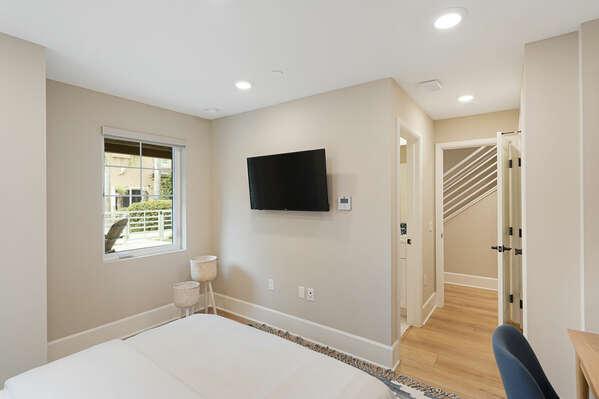 Guest Bedroom w/ Queen + En-Suite - 1st Floor