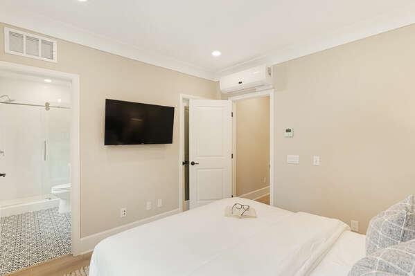 Master Bedroom w/ Queen Bed & En-Suite - 2nd Floor