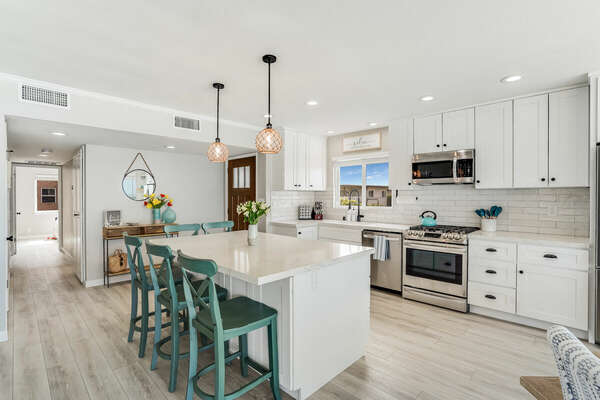 Fully Equipped Kitchen w/ Island Seating