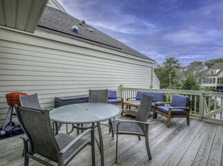 The front deck is a great spot for al fresco dining. You will be lulled by the sound of the ocean and the warm tropical breeze.